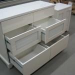 šešetos stalčių balta komoda svetainei