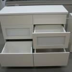 šešių stalčių baltos spalvos svetainės komoda