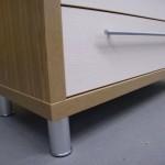 šešių stalčių miegamojo komoda su aukštomis aliuminėmis kojelėmis