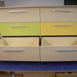 šešių stalčių vaikų komoda su žalios ir geltonos spalvos stalčiais