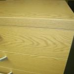 šviesiai ruda 5 stalčių svetainės komoda su storintu stalviršiu
