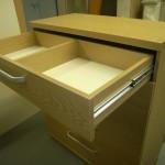 šviesiai rudos 5 stalčių svetainės komodos viršutinis stalčius su pertvara