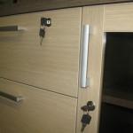 šviesiai rudos biuro komodos durelės ir stalčius su užraktais