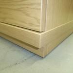 šviesiai rudos penkių stalčių miegamojo komodos storintas dugnas