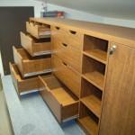 10 stalčių prieškambario komoda be rankenėlių