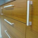 2 durelių ir 4 stalčių svetainės komodos tekstūra ir rankenėlės iš arčiau