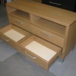 2 iš 4 praverti stalčiai svetainės komodos su dviem atviromis lentynomis