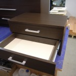 2 stalčių jaunuolio ruda komoda
