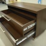 2 stalčių miegamojo komoda su lentyna virš stalčių