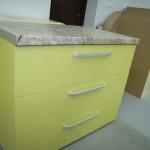 3 stalčių žalios spalvos virtuvės komoda