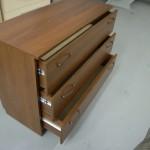 3 stalčių ruda miegamojo komoda