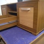 3 stalčių su lentyna per vidurį jaunuolio komoda