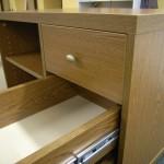 3 stalčių svetainės komoda su storintu viršumi