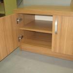 4 durelių svetainės komodos praviros durelės ir lentyna