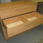 4 stalčių biuro komodos antrasis stalčius su pertvara