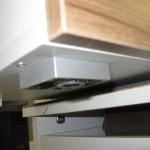 4 stalčių jaunuolio komoda su aliuminėmis kojelėmis