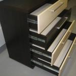 4 stalčių jaunuolio komoda su storintu viršumi ir apačia