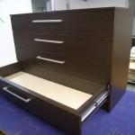 4 stalčių miegamojo komoda su kokybiškais bėgeliais