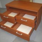 4 stalčių miegamojo komoda su lentyna ir storintu apvalintu stalviršiu