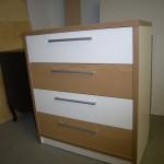 4 stalčių miegamojo komoda su storintais šonais ir storintu viršumi bei storinta komodos apačia