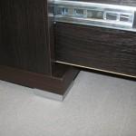 4 stalčių miegamojo komodos plati aliuminė kojelė