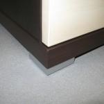4 stalčių miegamojo komodos storinta komodos apačia su aliumine kojele