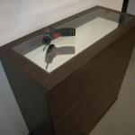 4 stalčių miegamojo komodos storintame stalviršyje įstiklintas veidrodis