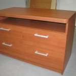 4 stalčių rusvos spalvos miegamojo komoda