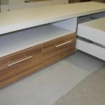 4 stalčių svetainės komoda su lentyna per vidurį