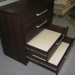4 stalčių tamsiai rudos biuro komodos atdari stalčiai