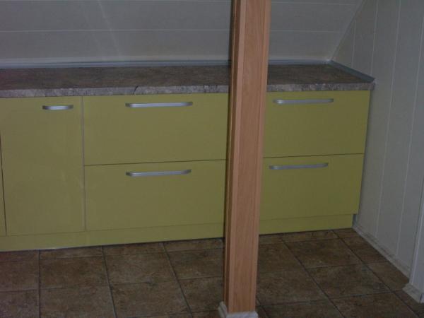 virtuvės komodos keturiais stalčiais
