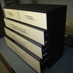 5 kreminių stalčių miegamojo komodos juodu korpusu praviri stalčiai