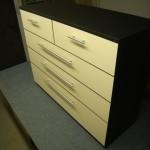 5 kreminių stalčių svetainės komoda juodu korpusu