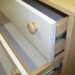 5 stalčių biuro komoda su medinėmis rankenėlemis