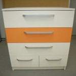 5 stalčių jaunuolio baltos ir oranžinės spalvos komoda