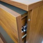 5 stalčių miegamojo komoda su apsauga nuo stalčių trankymosi