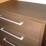 5 stalčių miegamojo ruda komoda su storesniu viršumi ir storesniais šonais
