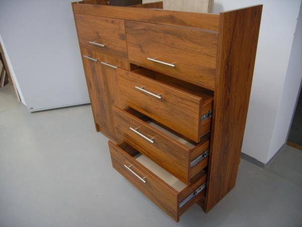 biuro komodos penkiais stalčiais