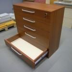 5 stalčių rusvos spalvos komoda biurui