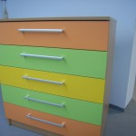 5 stalčių trispalvė vaikiška komoda