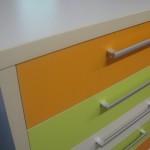 5 stalčių vaikų komodos stalčiai ir storintas korpusas iš arčiau