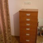 6 stalčių miegamojo komoda su įleidžiamomis rankenėlėmis