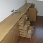9 stalčių ir 5 durelių miegamojo komodos praviros durelės ir stalčiai