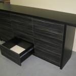 9 stalčių miegamojo komoda iškištu stalviršiu į šonus