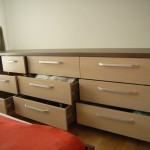 9 stalčių miegamojo komoda su kokybiškais bėgeliais