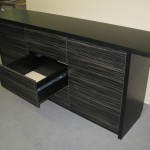 9 stalčių svetainės komoda iškištu stalviršiu į šonus