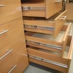 aštuonių stalčių miegamojo komodos stalčiai su kokybiškais bėgeliais