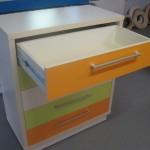 atidaras oranžinis stalčius 5 stalčių trispalvės jaunuolio komodos