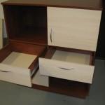 atvertais dviem stalčiais jaunuolio komoda