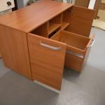 atvertos dvi rusvos biuro komodos durelės ir stalčius